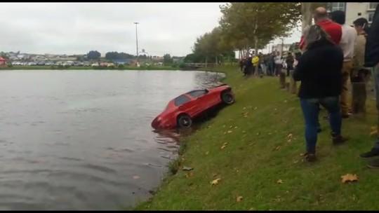 Carro cai em lago de parque em Guarapuava; VÍDEO