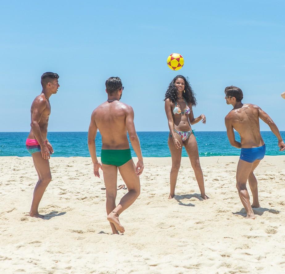 Aline Dias joga altinha durante gravação em praia do Rio