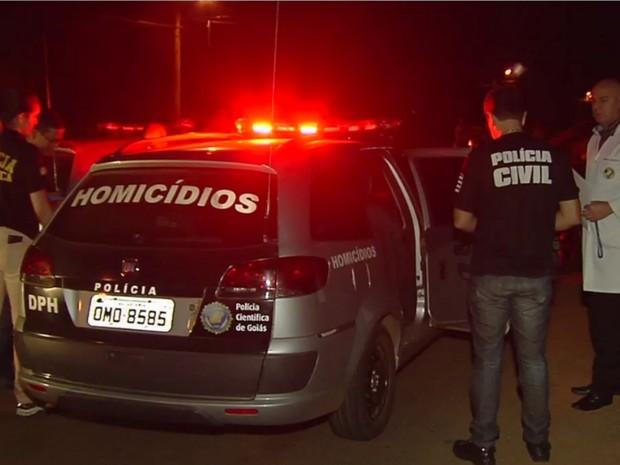 Polícia investiga a série de homicídios durante a madrugada na capital (Foto: Reprodução/TV Anhanguera)