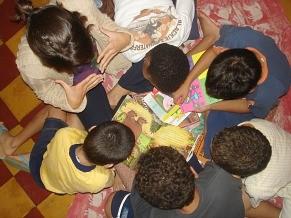 Através da leitura de livros, crianças são incentivadas a narrarem suas próprias histórias (Foto: Divulgação / Instituto Fazendo História)