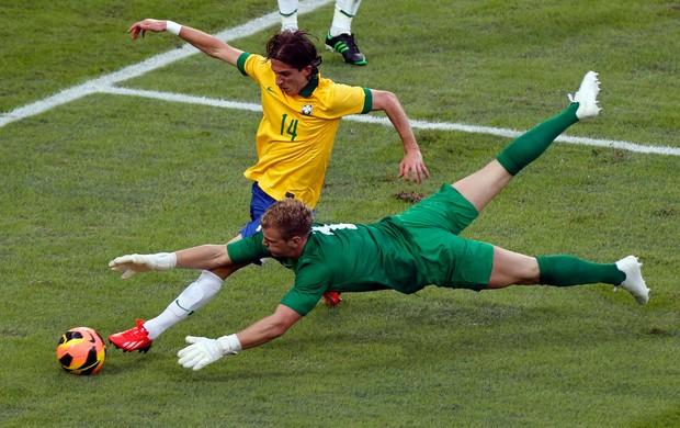 Filipe Luis e Hart, Brasil x Inglaterra (Foto: Reuters)