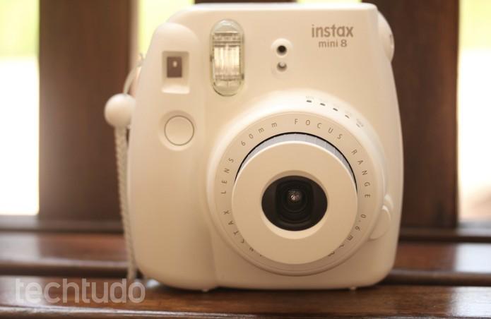 Instax Mini 8 tem visual clássico e vem com opções coloridas (Foto: Luana Marfim/TechTudo)