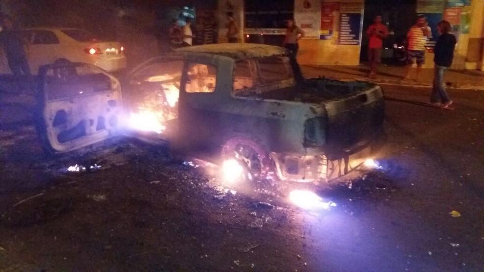 Criminosos incendiaram veículos, durante noite de terror em Gurupi (Foto: Jairo Santos/TV Anhanguera)