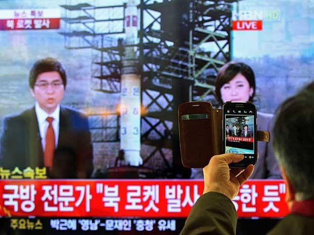 TV sul-coreana noticia sobre o lançamento de um foguete da vizinha Coreia do Norte. (Foto: Ahn Young-joon / AP Photo)