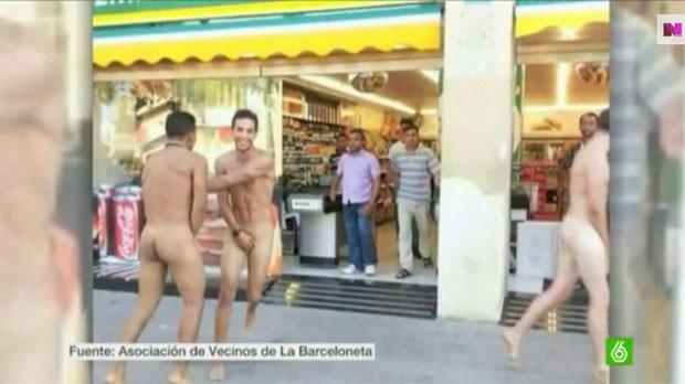 Turistas têm circulado nus e provocado a ira de moradores em Barcelona (Foto: Reprodução/YouTube/laSexta Noticias)