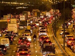 otoristas enfrentam trânsito na Marginal Tietê, sentido Rodovia Ayrton Senna, na altura da ponte do Limão, na zona norte de São Paulo, nesta sexta-feira. (Foto: Daniel Teixeira/Estadão Conteúdo)