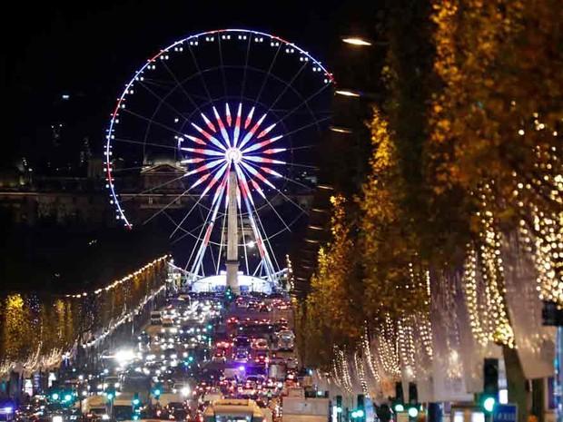 Roda gigante da Place de la Concorde iluminada para o Natal na avenida Champs Elysees, em Paris  (Foto: Charles Platiau/Reuters)