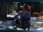 Motociclista é flagrado ao transportar criança em pé e sem capacete; vídeo