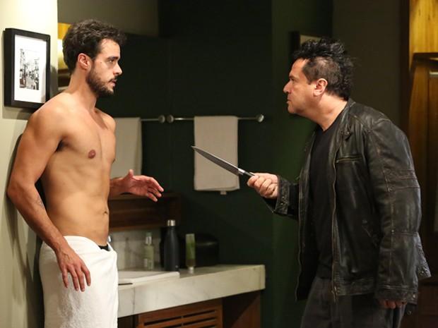 Felipe surta novamente e ataca Enrico (Foto: Carol Caminha/ Gshow)