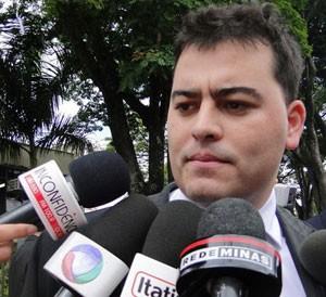 Novo advogado do goleiro Bruno, Tiago Lenoir fala na saída do Fórum (Foto: Cristina Moreno de Castro/G1)