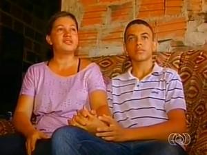 Mãe de Dowglas busca na fé forças para apoiar o filho (Foto: Reprodução/TV Anhanguera)