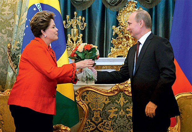 CONTA CARA Dilma visita o presidente russo, Vladimir Putin. Os assessores dela não esquecem essa viagem (Foto: Alexander Nemenov/AP)