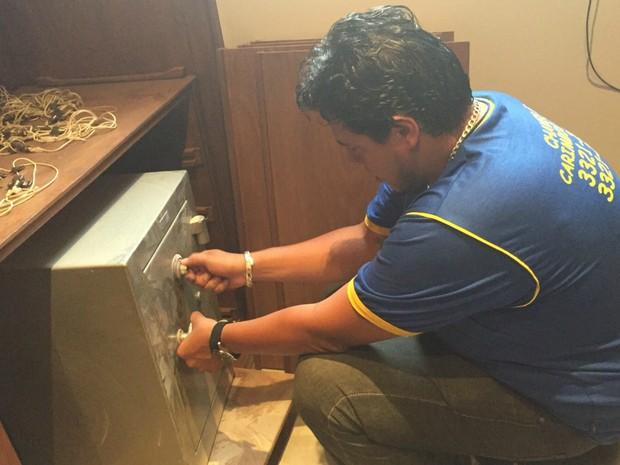 Chaveiro abrindo cofre na casa do Bumlai em Campo Grande (Foto: Arquivo pessoal)