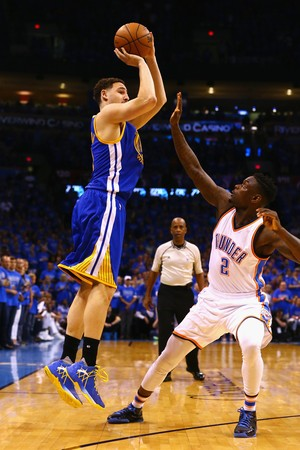 Klay Thompson mortal nas bolas de três contra o Thunder (Foto: Getty Images)