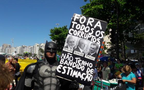 A Volta do Batman: protético Eron Melo exibe com placa com fotos de Lula, Temer e Aécio (Foto: Hudson Correa/ÉPOCA)