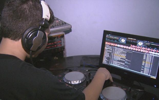 Apesar da pouca idade, DJ mostra talento (Foto: Amazônia Revista)