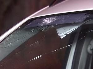 Um dos tiros acertou carro que estava estacionado (Foto: Reprodução / TV Tribuna)