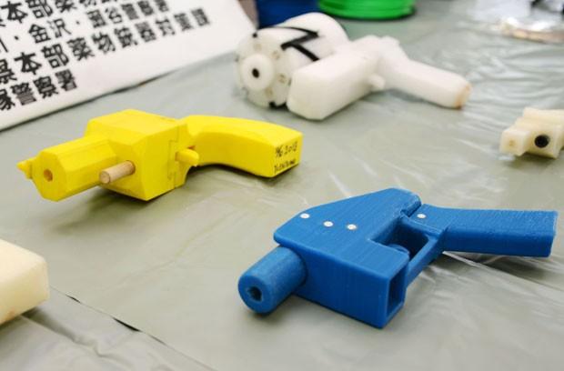 Armas de plástico feitas em impressora 3D foram apreendidas com japonês; homem de 27 anos foi preso (Foto: Kyodo News/AP)