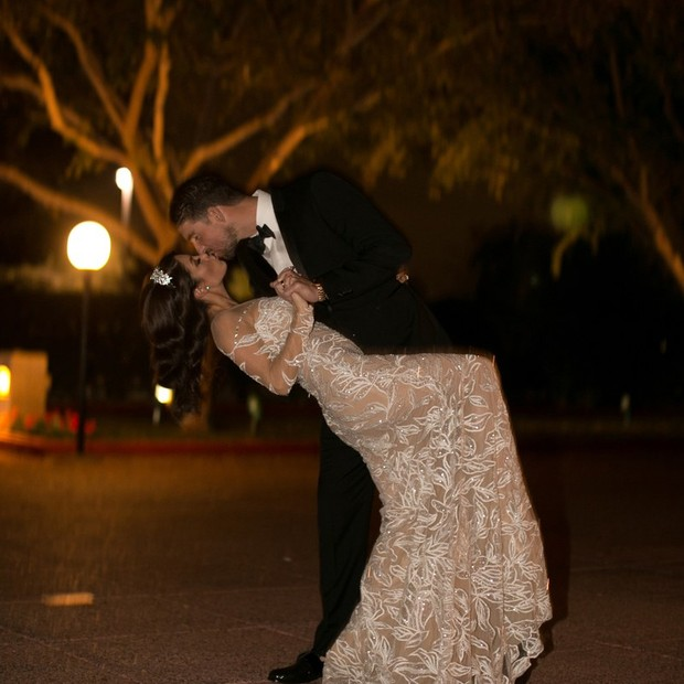 O beijo apaixonado dos noivos (Foto: Reprodução)
