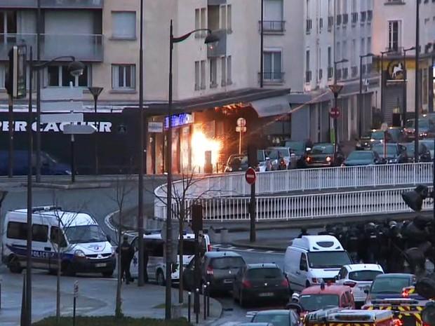 Momento do ataque policial para invadir o mercado kosher onde pessoas eram feitas reféns foi captado por vídeo da France Presse (Foto: Gabrielle Chatelain/AFP)