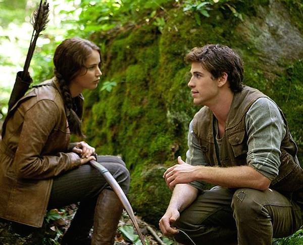 Liam Hemsworth e Jennifer Lawrence em cena da franquia Jogos Vorazes (Foto: Reprodução)