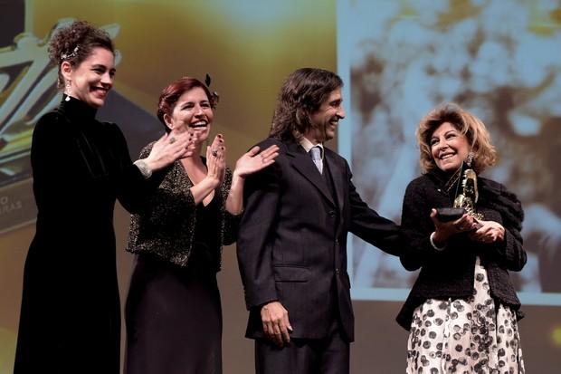 Marília Pêra recebe das mãos dos filhos homenagem no Festival de Gramado (Foto: Marcello Sá Barretto/ AgNews)