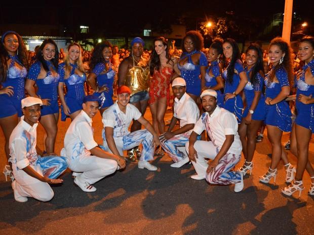 Carla Prata em ensaio da União da Ilha com integrantes da escola de samba carioca  (Foto: Rodrigo Mesquita/ Divulgação)