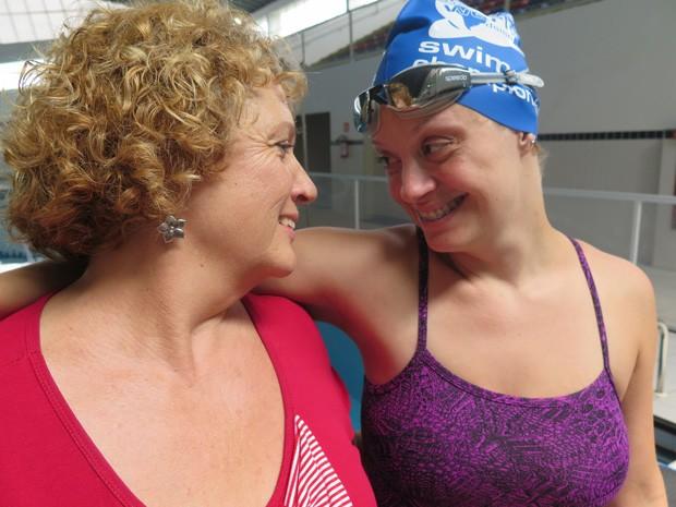Kelly e a mãe Albertina, no Complexo Aquático, em Itanhaém (Foto: Mariane Rossi/G1)