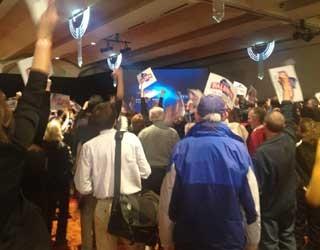 Eleitores aguardam resultado da eleição em Wisconsin (Foto: Ryan Rainey/Especial para o G1)