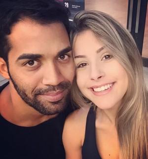 Mayara Araújo posa com o namorado em clima de romance  (Foto: Arquivo Pessoal)
