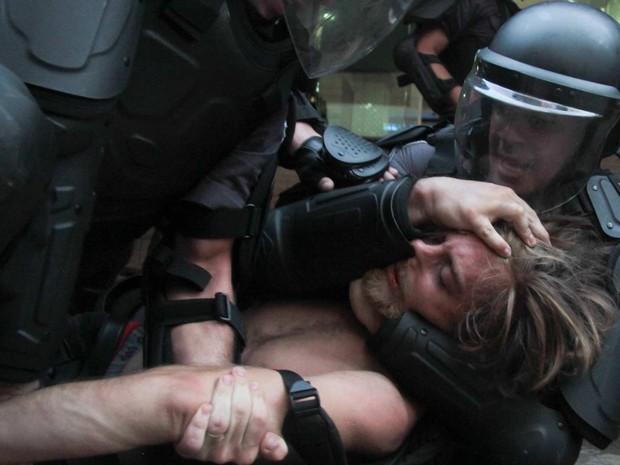 Policiais prendem manifestantes após confronto durante Movimento Passe Livre (MPL) nesta sexta-feira (09), contra o aumento do transporte público em São Paulo (SP), que passou de R$ 3,00 para R$ 3,50. (Foto: LEONARDO BENASSATTO/FUTURA PRESS/ESTADÃO CONTEÚDO)