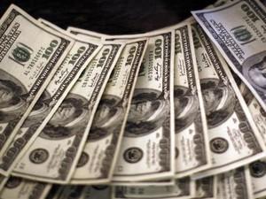 Notas de 100 dólares expostas em um banco de Westminster, no Estado norte-americano do Colorado  (Foto: Rick Wilking/Reuters)