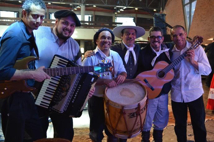 Os Fagundes e a banda que acompanha esta família de músicos, no Galpão Crioulo. (Foto: Nice Sordi/RBS TV)