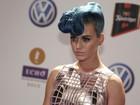 Katy Perry aparece com 'topete' no cabelo em premiação em Berlim