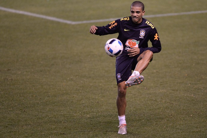 Taison no treino da seleção brasileira em Quito (Foto: Pedro Martins/MoWa Press)