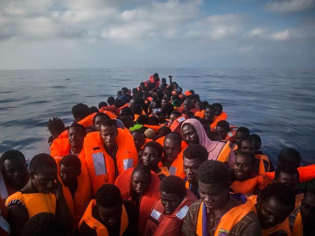 Mais de 8 mil migrantes foram resgatados em 5 dias no Mediterrâneo. Na foto, grupo resgatado na quinta-feira (28) (Foto: Santi Palacios/AP)