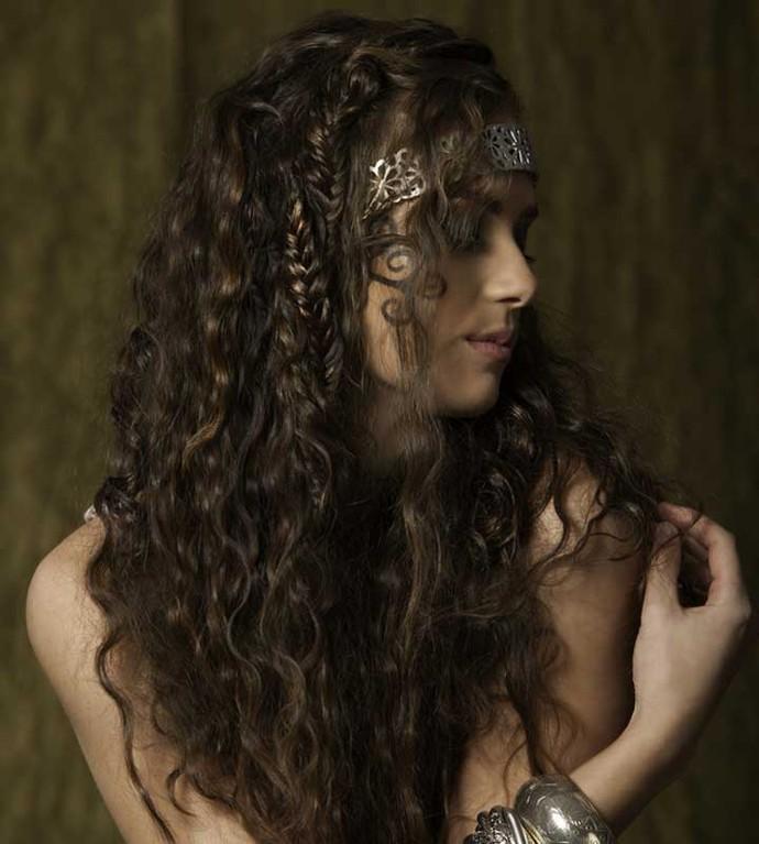 Invista em acessórios e deixe seu cabelo parcialmente solto (Foto: Divulgação)