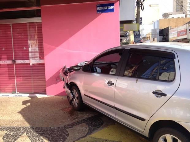 Motorista perdeu o controle da direção após a batida e subiu na calçada (Foto: Mariane Peres/G1)