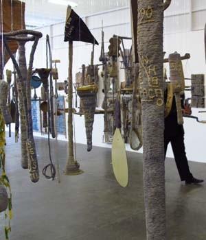 Obras de Arthur Bispo do Rosário em exposição na 30ª Bienal. (Foto: Guilherme Tosetto/G1)