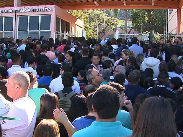 Polícia Militar foi acionada para conter aglomeração de pessoas na porta da Cava do Bosque  (Foto: Sérgio Oliveira/EPTV)