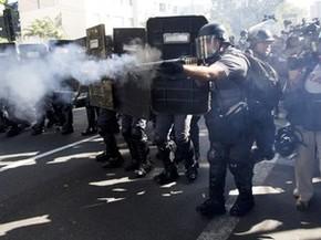Polícia usa bala de borracha e bombas para impedir protesto na Zona Leste de São Paulo (Foto: Rodrigo Abd/AP)