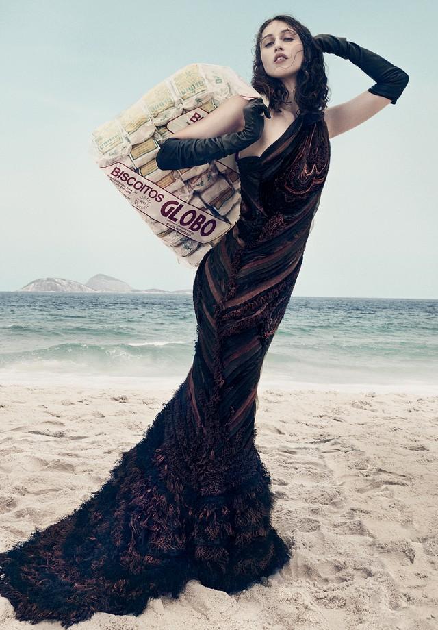 O longo deum ombro só é formado por tiras de tule e seda de tons diferentes de marrom costuradas umas às outras no viés, simulando o tronco de uma árvore (Foto: Gil Inoue)
