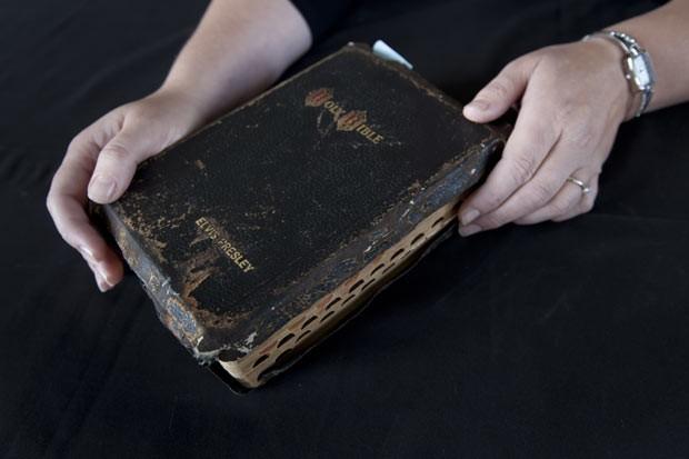 Bíblia com capa de couro e detalhes em ouro de Elvis Presley foi colocada em leilão na Inglaterra (Foto: Jon Super/AP)