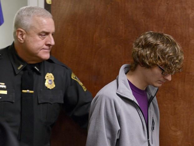 Christopher Leonard chega à corte para testemunhar em audiência contra sua meio-irmã, Sarah Ferguson, em New Hartford, NY, na quarta (21) (Foto: Tina Russell/Observer-Dispatch via AP, Pool)