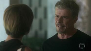 Tião mente para Helô e diz que não conhece Magnólia