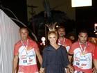 Claudia Leitte distribui sorrisos ao chegar ao sambódromo do Rio