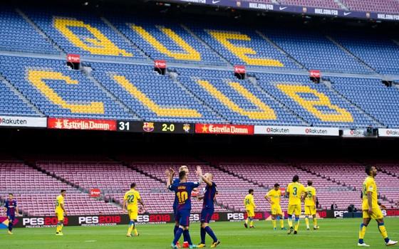 Camp Nou. O Barcelona ignorou as manifestações separatistas e enfrentou o Las Palmas para um estádio vazio (Foto: Getty Images)