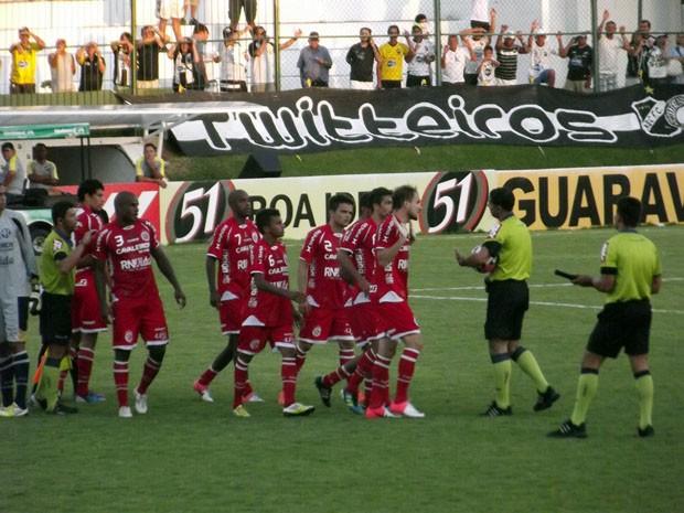 Jogadores do América-RN pressionam árbitro Suelson Diógenes (Foto: Jocaff Souza/GLOBOESPORTE.COM)