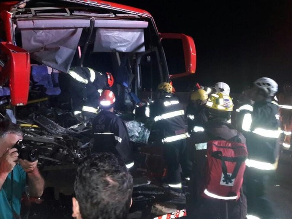 Ônibus bateu em carreta na Via Dutra (Foto: Edgar Rocha/TV Vanguarda)