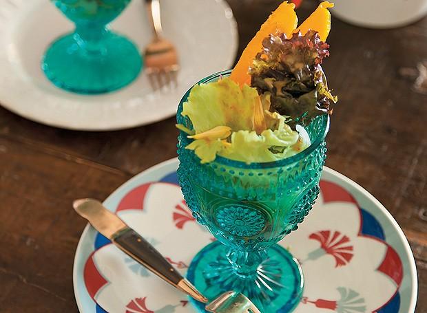 Saladinha de folhas e flores orgânicas com manga e molho de curry (Foto: Cacá Bratke/Editora Globo )